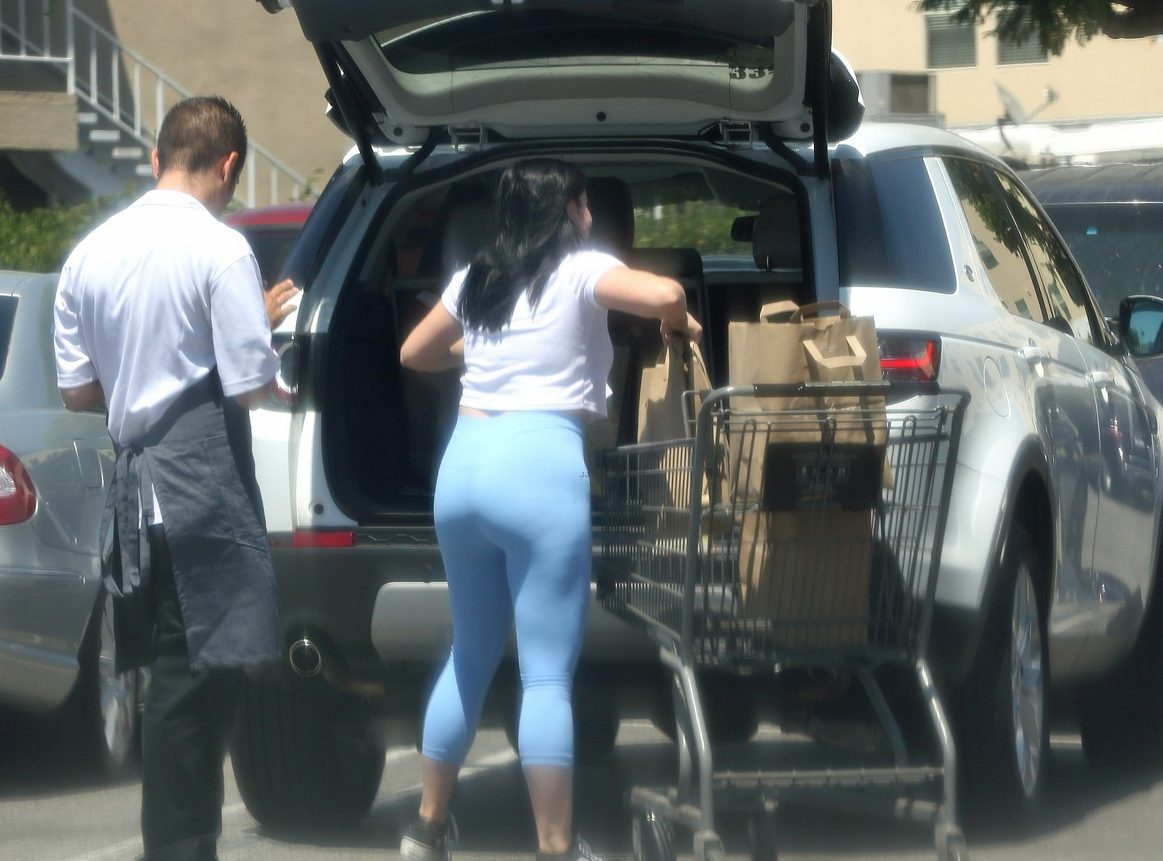 Ariel Winter Gets Handsy With Grocery Store Employee on Saturday!