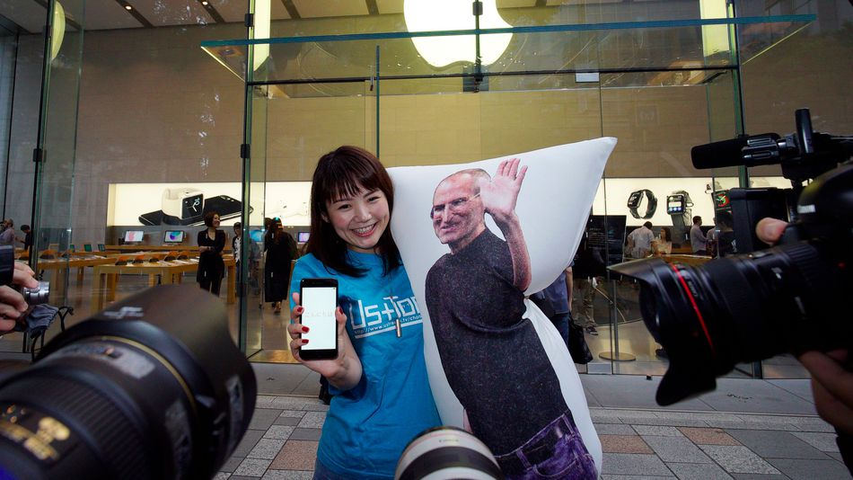 Woman Uses Steve Jobs Pillow to Camp Outside For Apple iPhone 7