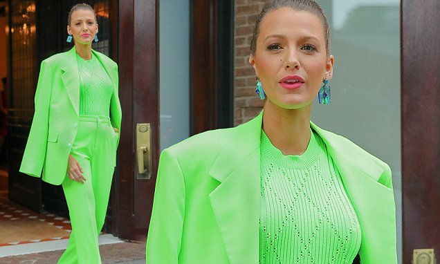 Blake Lively is 'LANTERN' GREEN For Event image
