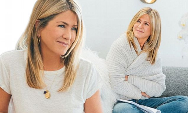 JENNIFER ANISTON @ HOME : Actress Hangs Out Indoors With SmartWater image