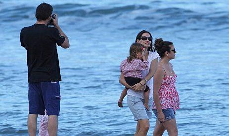 Jennifer Garner FLIES to Hawaii For Easter image