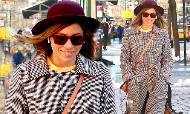 Jessica Biel Walks Around New York City ALONE! image