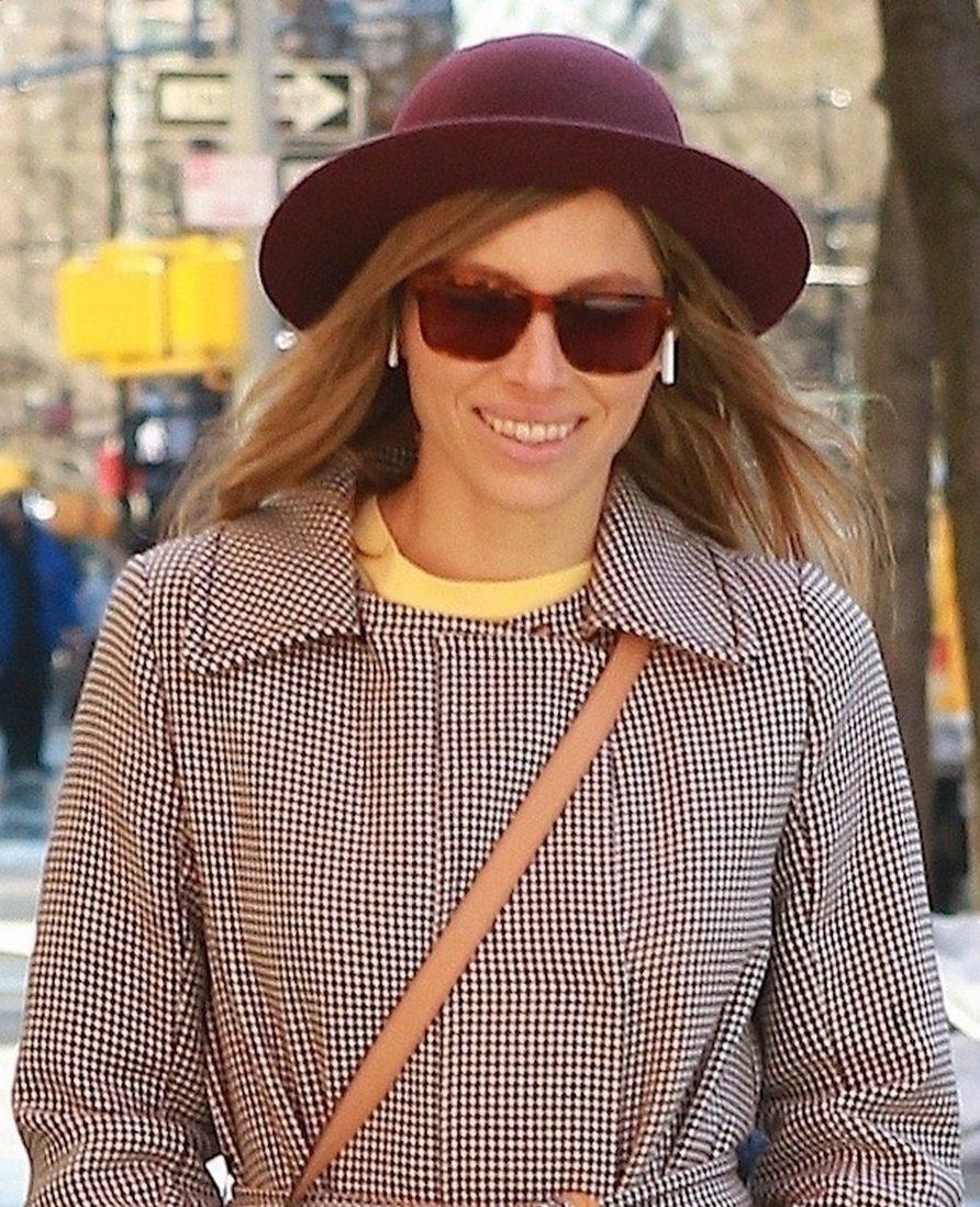 Jessica Biel Walks Around New York City ALONE! image