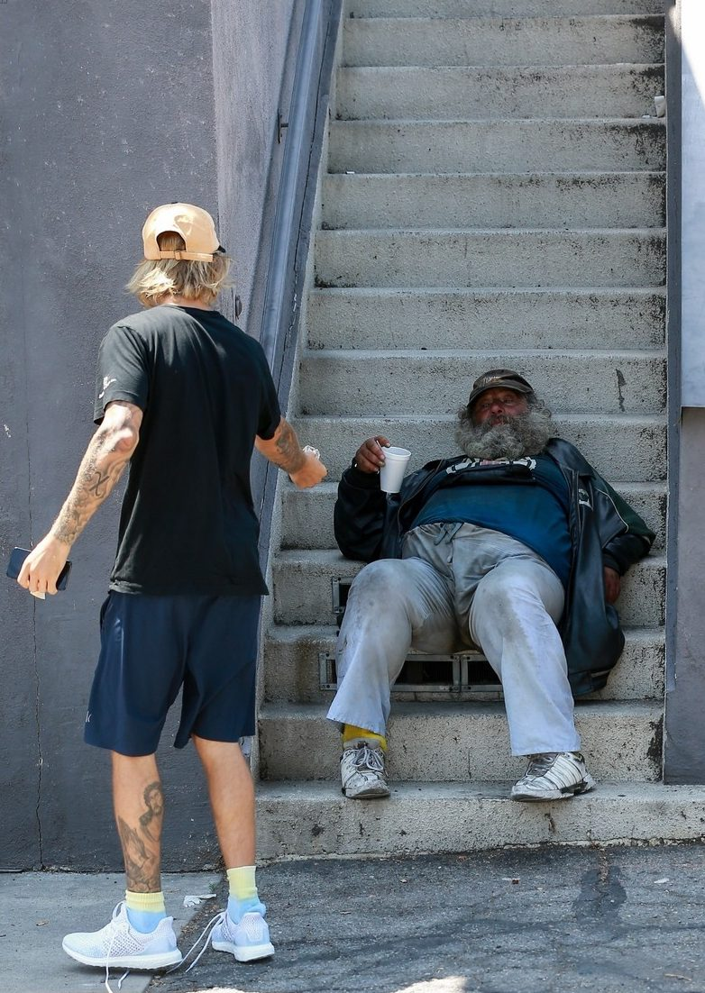 Justin Bieber Wakes Up a Homeless Man to Give Him MONEY image