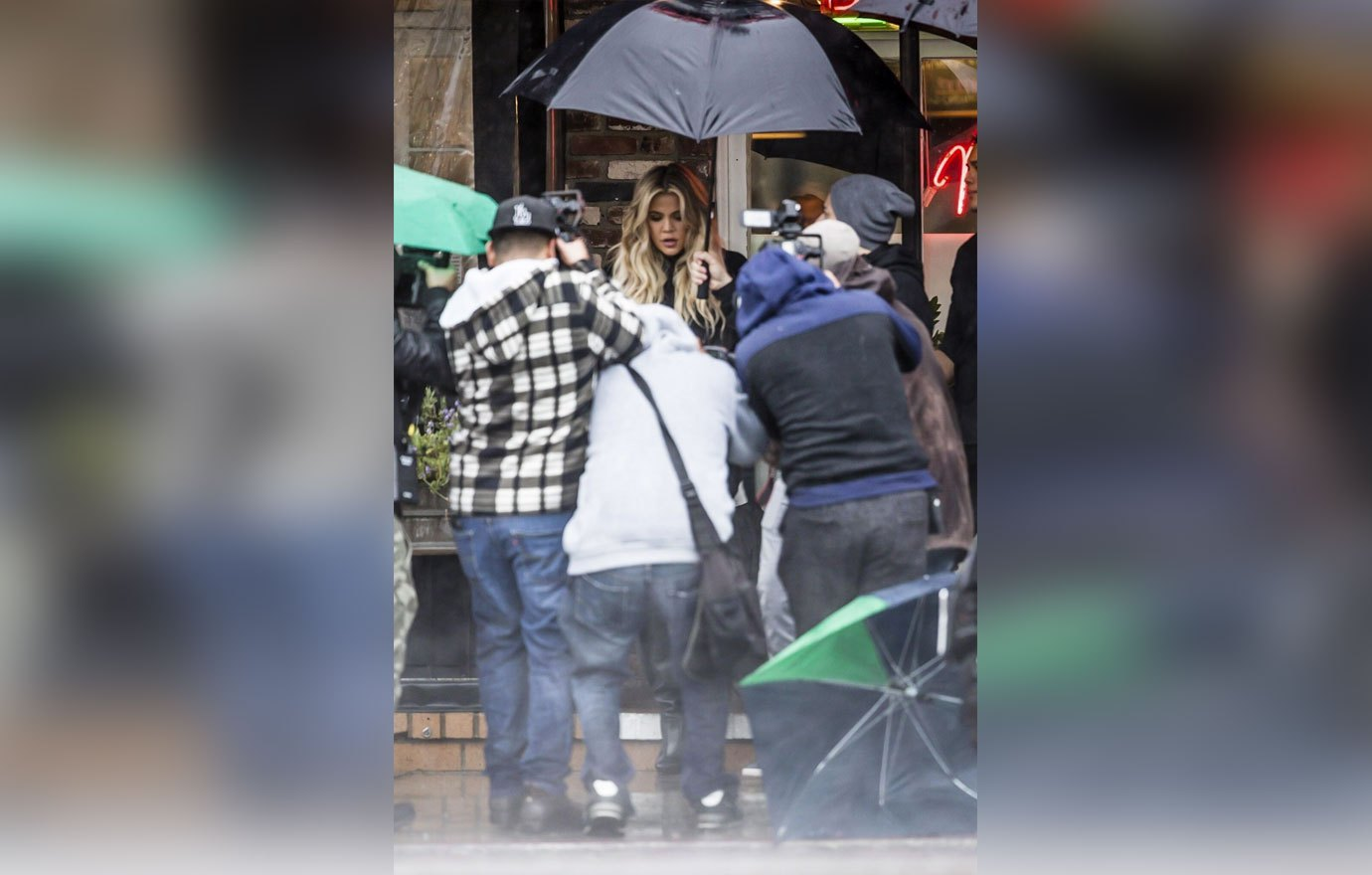 KHLOE Kardashian Gets Swarmed by Paparazzi! MOVE OVER KIM! image