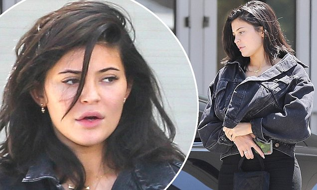 Kylie Jenner Returns to Her Car WITHOUT MAKEUP! image