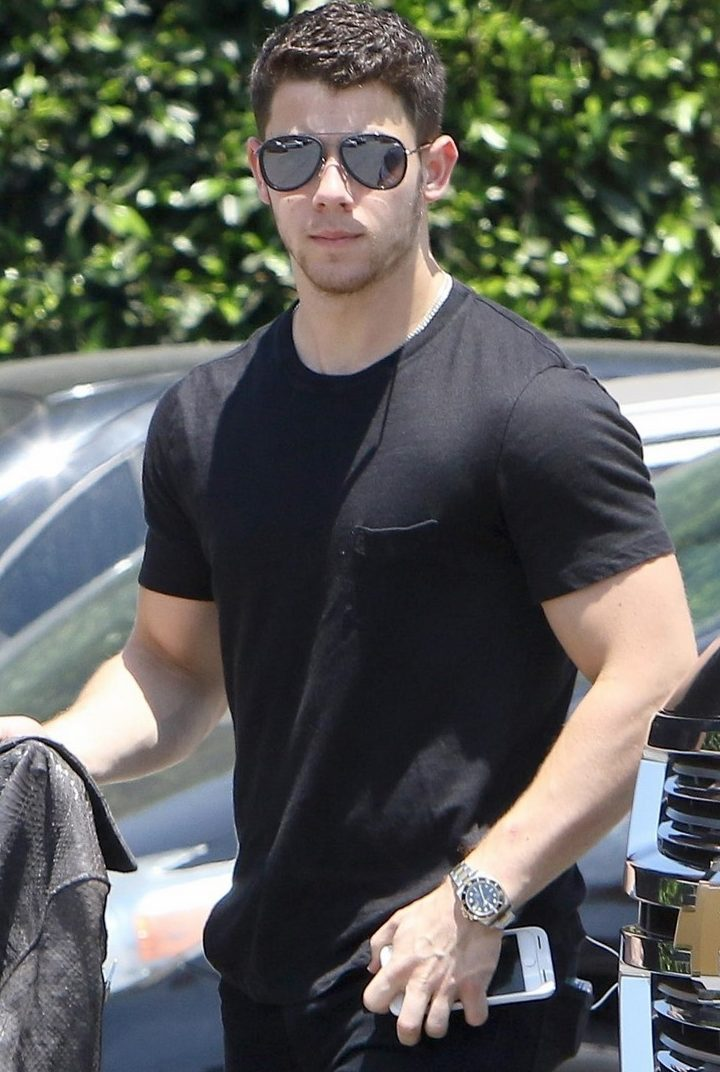 Nick Jonas Puts On BICEP-SHOW For the Paparazzi! image
